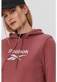 Reebok Classic - Bluza bawełniana. Typ kołnierza: kaptur. Kolor: różowy. Materiał: bawełna. Długość rękawa: długi rękaw. Długość: długie. Wzór: aplikacja