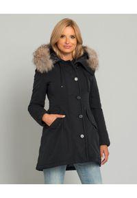 MONCLER - Czarna kurtka z futrzanym kapturem. Kolekcja: plus size. Kolor: czarny. Materiał: futro. Sezon: lato. Styl: klasyczny