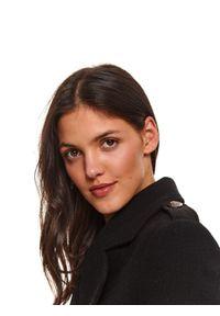 TOP SECRET - Dwurzędowy płaszcz z odpinanym futerkiem. Kolor: czarny. Materiał: futro. Wzór: moro. Sezon: zima. Styl: elegancki, militarny