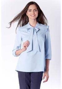 Nommo - Kobieca Błękitna Bluzka z Dekoracyjnym Wiązaniem i Falbanką. Kolor: niebieski. Materiał: wiskoza, poliester