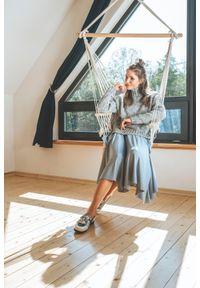 VEVA - Rozkloszowana spódnica midi z koła Foggy pudrowy niebieski. Okazja: do pracy. Kolor: niebieski. Materiał: jeans. Długość: krótkie. Wzór: melanż. Sezon: jesień, zima