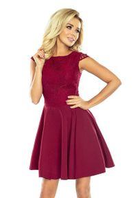 Numoco - Elegancka rozkloszowana sukienka z koronkową górą bordowa. Okazja: na wesele, na ślub cywilny, na imprezę. Kolor: czerwony. Materiał: koronka. Wzór: gładki, koronka. Styl: elegancki
