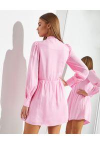 SELF PORTRAIT - Różowa sukienka mini z kokardą. Typ kołnierza: kokarda. Kolor: różowy, wielokolorowy, fioletowy. Materiał: wiskoza, materiał. Długość: mini