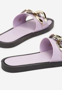 Renee - Liliowe Klapki Andrielez. Nosek buta: otwarty. Kolor: fioletowy. Materiał: guma. Wzór: gładki, aplikacja