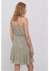 Pieces - Sukienka. Kolor: zielony. Materiał: wiskoza, tkanina, materiał. Długość rękawa: na ramiączkach. Typ sukienki: rozkloszowane