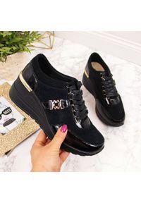 Sneakersy skórzane na koturnie lakierowane czarne S.Barski. Kolor: czarny. Materiał: lakier, skóra. Obcas: na koturnie