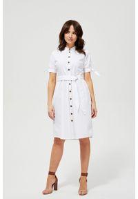 Biała sukienka MOODO z koszulowym kołnierzykiem, do pracy, casualowa, prosta