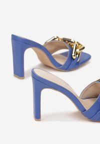 Born2be - Niebieskie Klapki Malithilei. Nosek buta: otwarty. Kolor: niebieski. Wzór: kwiaty, aplikacja. Obcas: na słupku