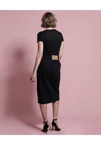 ONETEASPOON - Czarna jeansowa spódnica Society. Okazja: na co dzień, do pracy, na spotkanie biznesowe. Stan: podwyższony. Kolor: czarny. Materiał: jeans. Wzór: aplikacja. Styl: casual, biznesowy, elegancki