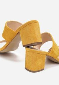 Renee - Żółte Klapki Mystoche. Nosek buta: okrągły. Kolor: żółty. Wzór: gładki, paski. Sezon: lato. Obcas: na obcasie. Wysokość obcasa: niski