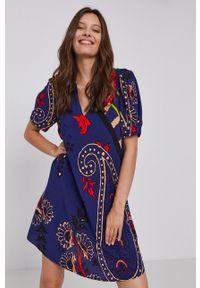 Desigual - Sukienka. Okazja: na co dzień. Kolor: fioletowy. Materiał: tkanina. Długość rękawa: krótki rękaw. Typ sukienki: proste. Styl: casual