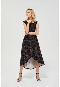MOODO - Dzianinowa sukienka w groszki. Okazja: na co dzień. Materiał: dzianina. Wzór: grochy. Typ sukienki: asymetryczne, z odkrytymi ramionami. Styl: casual. Długość: maxi