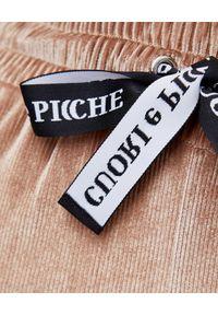 CUORI e PICCHE - Beżowe spodnie z aksamitu w prążki Rutt. Kolor: beżowy. Materiał: dresówka, prążkowany, guma. Długość: długie. Wzór: prążki
