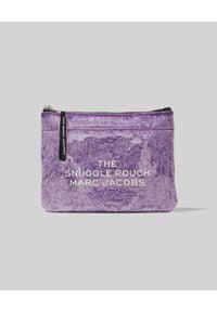 THE MARC JACOBS - Kosmetyczka The Flat Snuggle. Kolor: różowy, wielokolorowy, fioletowy. Wzór: nadruk, kolorowy