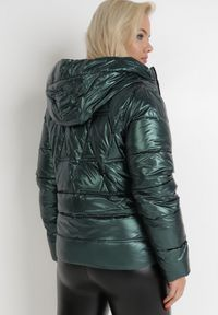 Born2be - Ciemnozielona Kurtka Katea. Kolor: zielony. Długość rękawa: długi rękaw. Długość: długie. Wzór: geometria, aplikacja. Sezon: jesień, zima
