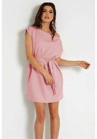 IVON - Krótka Sukienka z Łódkowym Dekoltem - Różowa. Kolor: różowy. Materiał: poliester. Długość: mini