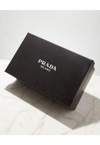 prada - PRADA - Czarne klapki z logo. Kolor: czarny
