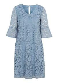 Cellbes Błękitna sukienka koronkowa zamglony niebieski female niebieski 42/44. Typ kołnierza: dekolt w serek. Kolor: niebieski. Materiał: koronka. Sezon: lato. Styl: elegancki