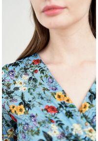 Marie Zélie - Sukienka Rita Lucida błękitna. Kolor: niebieski. Materiał: tkanina, dzianina, elastan, wiskoza, materiał. Długość rękawa: krótki rękaw. Wzór: kwiaty. Typ sukienki: kopertowe, proste
