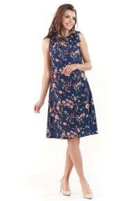 Lou-Lou - Granatowa Kobieca Sukienka w Kwiatowy Wzór Kokardą na Ramieniu. Typ kołnierza: kokarda. Kolor: niebieski. Materiał: elastan, poliester. Wzór: kwiaty