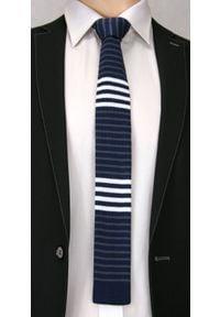 Dziergany Krawat Męski Knit w Cienkie Białe Pasy -5,5cm- Chattier, Granatowy. Kolor: niebieski. Materiał: poliester. Wzór: prążki, paski. Styl: sportowy