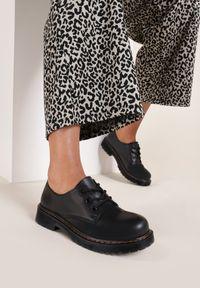 Renee - Czarne Półbuty Nepherise. Nosek buta: okrągły. Kolor: czarny. Szerokość cholewki: normalna. Wzór: gładki, prążki, aplikacja. Obcas: na płaskiej podeszwie