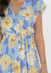 Born2be - Niebieska Sukienka Acsesi. Typ kołnierza: kołnierz z falbankami. Kolor: niebieski. Materiał: tkanina, materiał. Wzór: kwiaty. Typ sukienki: kopertowe. Długość: maxi