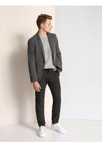 TOP SECRET - Spodnie długie męskie chinosy, luźne. Kolor: szary. Materiał: tkanina. Długość: długie. Wzór: jodełka. Sezon: jesień, zima. Styl: elegancki, sportowy