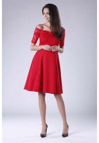 Czerwona sukienka wizytowa Nommo w koronkowe wzory, wizytowa, z dekoltem typu hiszpanka