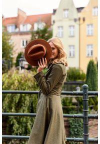 Marie Zélie - Płaszcz wełniany Achillea oliwkowy. Kolor: oliwkowy. Materiał: wełna. Wzór: ze splotem
