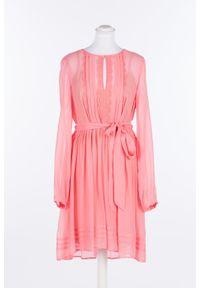 Różowa sukienka TwinSet z żabotem, rozkloszowana, w koronkowe wzory, na ramiączkach