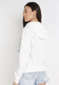 Born2be - Biała Bluza Nixistae. Typ kołnierza: kaptur. Kolor: biały. Materiał: dzianina. Długość rękawa: długi rękaw. Długość: długie. Wzór: kolorowy. Styl: sportowy