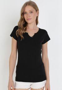 Born2be - Czarny T-shirt Calonia. Kolor: czarny