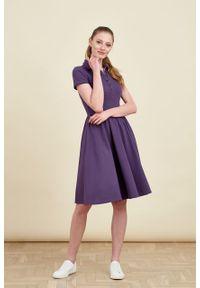 Marie Zélie - Sukienka Polo marszczona fioletowa krótki rękaw. Okazja: do pracy, na co dzień. Typ kołnierza: polo. Kolor: fioletowy. Materiał: bawełna, dzianina, materiał. Długość rękawa: krótki rękaw. Typ sukienki: proste, sportowe. Styl: wakacyjny, sportowy, klasyczny, casual