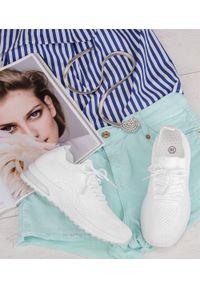 Białe buty sportowe N/M w ażurowe wzory, bez zapięcia