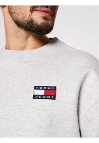 Tommy Jeans Bluza Tjm Badge Crew DM0DM06592 Szary Regular Fit. Kolor: szary