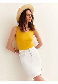 TOP SECRET - Dopasowany t-shirt na ramiączkach. Okazja: na co dzień. Kolor: żółty. Materiał: dzianina. Długość rękawa: na ramiączkach. Sezon: wiosna, lato. Styl: casual