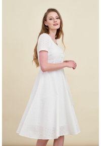 Marie Zélie - Sukienka Rosa haft biały. Typ kołnierza: kokarda. Kolor: biały. Materiał: bawełna, skóra, materiał. Długość rękawa: krótki rękaw. Wzór: haft. Długość: midi