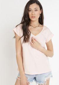 Born2be - Jasnoróżowy T-shirt Cretheosis. Kolor: różowy