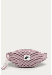 Różowa nerka Nike Sportswear z aplikacjami