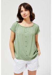 MOODO - Bluzka koszulowa z ozdobnymi rękawami. Typ kołnierza: bez kołnierzyka. Materiał: wiskoza. Długość rękawa: krótki rękaw. Długość: krótkie. Wzór: haft, gładki