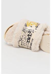 Beżowe klapki DKNY na niskim obcasie