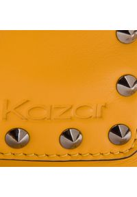 Żółta listonoszka Kazar na ramię
