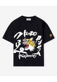KENZO - Czarna koszulka z grafiką Kenzo x Kansai Yamamoto. Okazja: na co dzień. Kolor: czarny. Materiał: jeans. Wzór: nadruk, aplikacja. Styl: casual