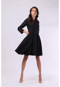 Nommo - Czarna Klasyczna Rozkloszowana Sukienka z Rękawem 3/4. Kolor: czarny. Materiał: wiskoza, poliester. Styl: klasyczny