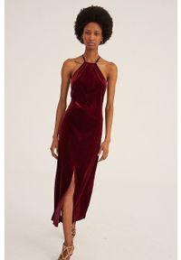 Undress Code - Sukienka The French Way. Okazja: na co dzień. Typ kołnierza: dekolt halter. Kolor: czerwony. Materiał: tkanina. Wzór: gładki. Typ sukienki: proste. Styl: casual
