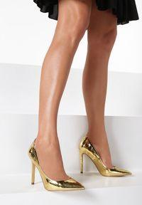 Born2be - Złote Szpilki Morganna. Nosek buta: szpiczasty. Zapięcie: bez zapięcia. Kolor: złoty. Materiał: lakier. Obcas: na szpilce. Styl: klasyczny. Wysokość obcasa: średni