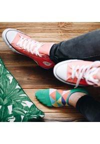 More - Zielone skarpety stopki w kolorowe trójkąty SK167. Kolor: zielony. Materiał: bawełna, poliamid, elastan. Wzór: kolorowy