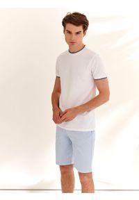 TOP SECRET - T-shirt krótki rękaw męski z fakturą, z lamówkami. Okazja: na co dzień. Kolor: biały. Materiał: materiał. Długość rękawa: krótki rękaw. Długość: krótkie. Wzór: aplikacja. Styl: casual