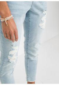 Dżinsy BOYFRIEND z koronkową wstawką bonprix niebieski lodowy denim. Kolor: niebieski